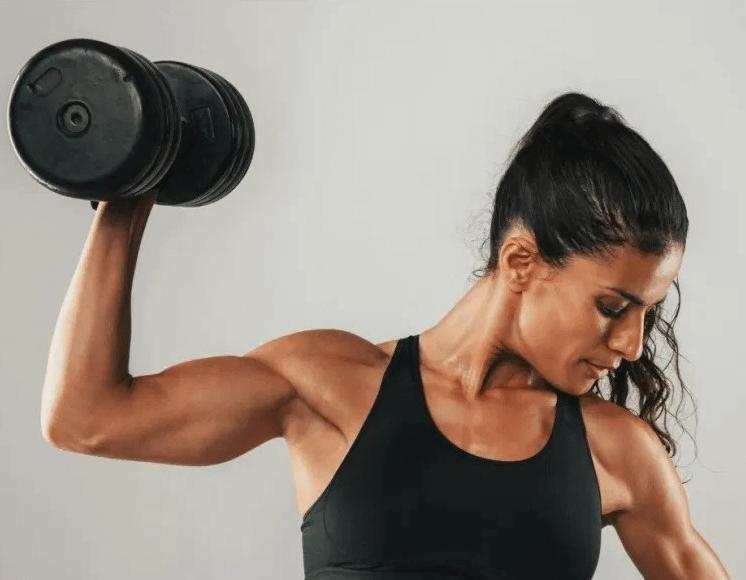 Comment se débarrasser de la peau qui pend sous les bras photo